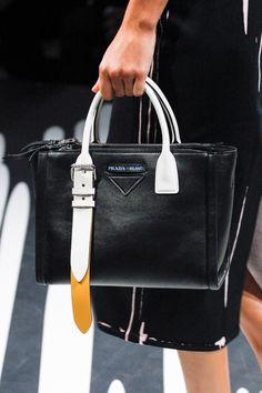 Prada Spring 2018 Ready-to-Wear Collection Photos - Vogue Τσάντες Gucci 87eb37540af