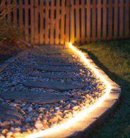 Éclairer son allée de jardin avec un ruban lumineux - Marie Claire Maison
