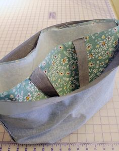 Market Tote Bag Tutorial French Market Tote Bag tutorial from A Bright Corner Bag Pattern Free, Bag Patterns To Sew, Tote Pattern, Sewing Patterns, Zipper Pouch Tutorial, Tote Tutorial, Patchwork Bags, Quilted Bag, Sewing Projects For Beginners