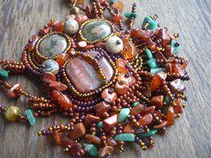 Proměny podzimu Náhrdelník je laděn do podzimních tónů. Je vyroben kombinací technik korálkové výšivky a šitého šperku. K ýrobě náhrdelníku byly vybrány velice kvalitní materiály a z veliké části byly použity drahé kameny. Červený jaspis (19 x 13 mm) a dva knoflíky vulkanického ryolitu (16 x 6 mm) jsou našity na filcu a obšity českým rokajlem v několika ...