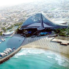 Jumeirah Beach Hotel je luksuzni hotel sa pet zvezdica. Otvoren je 1997. godine, raspolaže sa 598 luksuzno opremljenih soba i apartmana i 19 zasebnih vila raspoređenih u hotelskom kompleksu. Sve sobe imaju pogled na okean. Sam hotel izgrađen je na plaži i u svom posedu ima 33.800 kvadratnih metara obale.