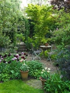 31 Gorgeous Spring Garden Landscaping Ideas You Definitely Like - Use this handy spring garden guide to get started. Now that spring is officially (on the calendar, at least), it's time to think about how to turn you. Small Courtyard Gardens, Small Gardens, Outdoor Gardens, Cottage Garden Design, Small Garden Design, Small Cottage Garden Ideas, Urban Garden Design, London Garden, Gravel Garden