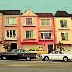 tjusiga bilar & pastelliga hus
