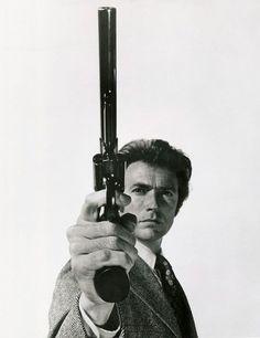 En 1971 Eastwood rodó Harry, el sucio, de nuevo a las órdenes de Don Siegel. La película, escrita por Harry Julian Fink y Rita M. Fink, se centra en un duro inspector de policía de Nueva York (ciudad que luego fue sustituida por San Francisco) llamado Harry Callahan que se propone detener por cualquier medio a un asesino psicótico.