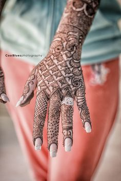Wedding season is on full boom in India and Pakistan. Every bride have to decorate their body with henna design. We compiled best bridal mehndi designs 2016 collection for you. Indian Wedding Henna, Indian Henna, Bridal Henna, Indian Bridal, Henna Mehndi, Henna Art, Wedding Mehndi, Arabic Henna, Henna Tattoos