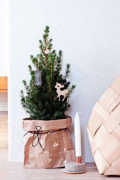 DIY sac craft en guise de cache pot de sapin. Petites touches de dorée pour votre déco de noël !