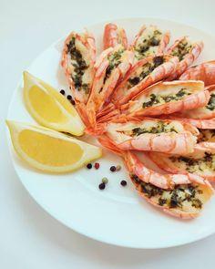 Summer taste - Butter-garlic roasted king prawns  Recipe on the blog (link in bio)  #shellfish #kingprawns #seafoodtime #cleanproteins #prawnsrecipe #lowfatdiet #highprotein #highproteinlowcarb #buttergarlic #buttergarlicshrimp #easyrecipes #instafood #instablog #under250kcal King Prawn Recipes, High Protein Low Carb, Low Fat Diets, Garlic Shrimp, Fresh Rolls, Seafood, Roast, Butter, Link