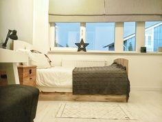 Meisjeskamer met wit, hout en grijstinten