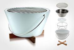 Ce barbecue grill portable est parfait pour le jardin, la plage, ou le glamping (glamour camping). Eva Solo est une compagnie danoise vieille d'un siècle, réputée pour sa qualité et sa conception moderniste, que l'on retrouve dans sa dernière création.