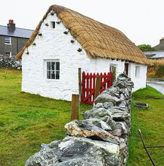 Directions on building a thatched roof. Little Cottages, Small Cottages, Cabins And Cottages, Little Houses, Stone Cottages, Irish Cottage, Cozy Cottage, Cottage Homes, Cottage Art