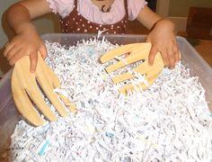Une idée économique : un bac sensoriel avec du papier !