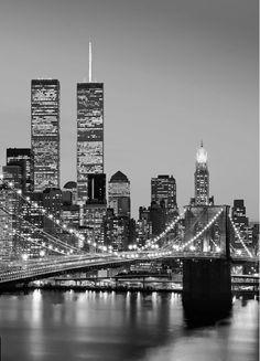 Fotomurales Wizard Genius - Fotomural Manhattan Skyline at Night 388 Manhattan Skyline, Manhattan City, Manhattan Bridge, Black And White Picture Wall, Black And White Pictures, Black And White Aesthetic, Black And White City, World Trade Center, New York Photographie