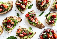 Para combinar lo dulce y lo salado con fresas, albahaca y vinagre balsámico.   17 Recetas con aguacate y pan tostado que te resolverán la vida