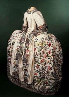 Mantua, Court dress - England, 1740-45 - Victoria & Albert Museum
