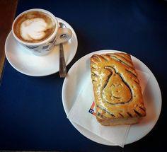 Per iniziare la giornata scelgo un caffè, per continuarla, un sorriso.  Cit. Stephen Littleword  #colazione #brioches #sorriso #iniziogiornata #iniziamoconilsorriso #buonagiornata #dersut #fieradiprimiero  #primiero  #dolomiti