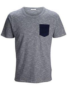 Identity SELECTED Homme - Regular fit - 98 % Baumwolle, 2 % Viskose - Runder Kragen - Brusttasche in kontrastreicher Farbe - Weiche Qualität Verleihe deinen Freizeit-Outfits eine elegante Note mit diesem besonders bequemen und weichen T-Shirt. Es ist mit einer kontrastfarbigen Brusttasche ausgestattet, die den coolen Unterschied ausmacht. Trage dazu Jeans und Sneakers.   98% Baumwolle, 2% Visko...