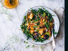 Raikas vihersalaatti appelsiinilla, rusinoilla, mintulla ja pinjansiemenillä on täydellinen lisukesalaatti tai erittäin hyvä lounassalaatti sellaisenaan.