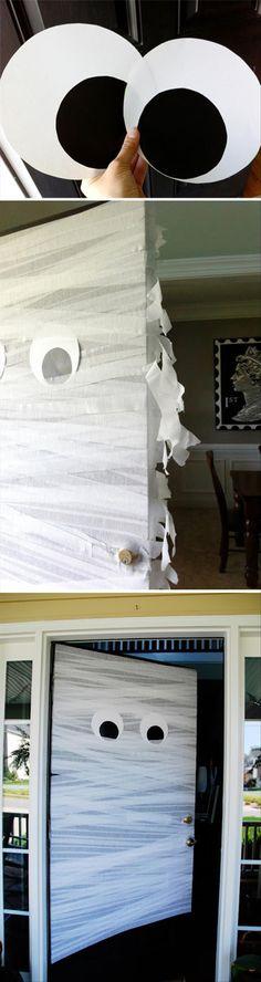 Voordat je gasten binnenkomen, maken ze al kennis met het thema met deze mummydeur