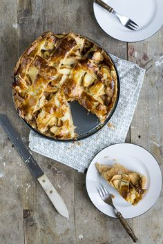 Een taart die je geproefd moet hebben: appeltaart met appeltjes in amaretto. Als er een taart altijd goed is, dan is het de Oud-Hollandse appeltaart. De gevulde taart met kaneelappeltjes met daarop het bekende ruitpatroon valt altijd in de smaak. En het aller lekkerste is het natuurlijk als je hem zelf hebt gebakken. Dit recept... LEES MEER...