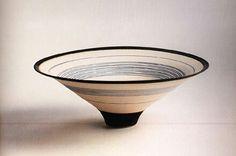 「鉢」ルーシー・リー  シンプルで優しい形の器。シンプルな形ほど美しさを出すのは難しい。