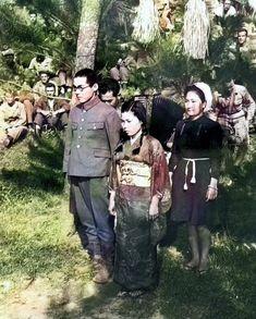 1945年4月,戦時下の沖縄で撮影された写真.捕虜になった日本兵と,従軍看護師の結婚式.背後にはアメリカ兵たちが写っている.