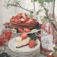 KAUPALLINEN YHTEISTYÖ: Grandma's Strong Strawberry wine 🍓 Herkullinen mansikka-valkosuklaajuustokakku hurmaa keskikesän juhlissa! Ohje löytyy blogista.🍰 Makean mansikkainen ja pirskahteleva Grandma's Strong Strawberry -jälkiruokaviini sopii moneen; niin sellaisenaan nautittavaksi, kuin kesäisten herkkujen maustamiseen. 🥂  #grandmasstrongstrawberry #mansikkaviini #juhannus #juhannusherkut #kesäruoka #jälkiruoka #juustokakku #mansikkakakku #kotiliesi #kotiliesiblogit #leivonta Camembert Cheese, Dairy, Instagram, Food, Essen, Meals, Yemek, Eten