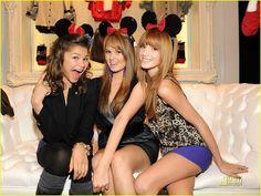 Bella Thorne,Zendaya Coleman and Debby Ryan With Minnie Mouse erars Bella Thorne Kiss, Bella Thorne And Zendaya, Disney Channel Stars, Disney Stars, Jessie, Debby Ryan, Zendaya Coleman, Hollywood Stars, Role Models
