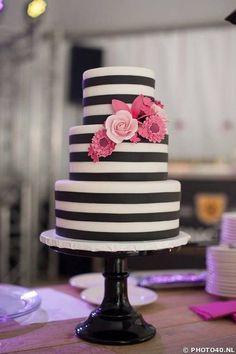 Sugarlips Wedding Cakes / http://www.himisspuff.com/black-and-white-sassy-stripes-wedding-ideas/12/