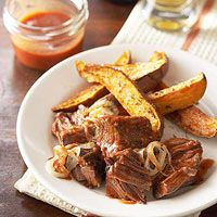 Brisket in Onion-Ale BBQ Sauce for Crockpot The gravy for this fork-tender brisket is made from a tantalizing blend of beer, chili sauce, brown sugar, and seasonings. Cooking With Beer, Crock Pot Cooking, Slow Cooker Recipes, Crockpot Recipes, Cooking Recipes, Cookbook Recipes, Casserole Recipes, Slow Cooker Brisket, Bbq Brisket