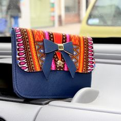 Sac bandoulière en similicuir et wax multicolore par Laure-art pour Afrikrea. https://www.afrikrea.com/article/le-sac-dashk-sacs-a-bandouliere-multicolore-wax/VXXA5BB?utm_content=bufferb65cf&utm_medium=social&utm_source=pinterest.com&utm_campaign=buffer