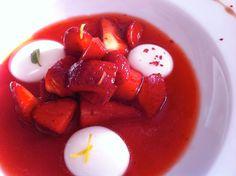 Zuppetta di fragole al pepe rosa con sfere liquide di yogurt greco