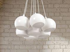 Lampa składająca się z 7 kloszy będzie prawdziwym hitem w Twoim domu! Lampy w kształcie kuli są lakierowane na biało tworząc efekt mat, a razem z białym kablem tworzą piękną całość, która rozświetli wnętrze każdego pomieszczenia.Ta lampa sufitowa jest odpowiednia do żarówek do 25W. Jednakże by uzyskać najlepszy efekt oświetlenia oraz w trosce o środowisko polecamy naszym klientom zakup energooszczędnych żarówek.Wskazόwka dotycząca efektywności energetycznej: Lampa nadaje się do źródeł…