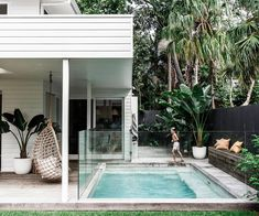 Ein Küstenwetterbretthaus in Byron Bay - inspiration for home ⚱️ - Dekor 2020 Small Backyard Patio, Backyard Pool Landscaping, Backyard Patio Designs, Patio Ideas, Garden Ideas, Swimming Pool Designs, Swimming Pools, Kleiner Pool Design, Pool Landscape Design