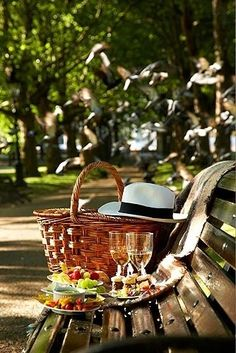 A vintage basket on a bench! This is the perfect city picnic as its light weight, easy to carry. Wicker baskets come in many different shapes and sizes and this one seems perfect for a city picnic for two. Fresco, Picnic Time, Summer Picnic, Beach Picnic, Picnic Parties, Dinner Parties, Picnic Box, Tailgate Parties, Fall Picnic