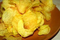 Pokud přijde nečekaná návštěva, nebo dostanete chuť na něco slaného, a doma nemáte ani ťuk, pak mám pro vás řešení - domácí chipsy, nebo česky domácí brambůrky.