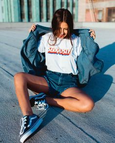 9 Itens para dar um up no visual despojado. Jaqueta jeans, t-shirt gráfica, short jeans, tênis vans