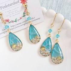 UVレジンで作る!簡単で可愛いピアス&イヤリング   Handful Diy Resin Crafts, Jewelry Crafts, Handmade Accessories, Handmade Jewelry, Sea Jewelry, Making Resin Jewellery, Epoxy Resin Art, Resin Charms, Resin Necklace