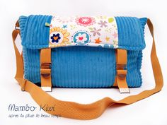 Sac besace velours bleu ciel, tissu fleurs seventies, anse caramel, fermoirs sac d'armée : Sacs bandoulière par mambo-kiwi