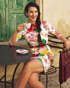 Kleid mit Blumenmuster Das Etuikleid mit großen Hortensien ist schmal geschnitten und hat einen Reißverschluss im Rücken. Hier hat es ¾-lange Ärmel, ansonsten ist der Schnitt der gleiche wie beim ärmellosen Streifenkleid.