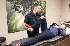 Pierre Sarrasin D.O. en compagnie d'une patiente, à sa clinique de la rue Barkoff.