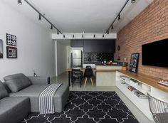 """APARTAMENTO 34 - """"A decoração industrial é a preferida do estudante de engenharia, que curte materiais de tons sóbrios e escuros. """"Por isso, apostamos em revestir a parede divisória entre sala e o quarto com capas de tijolo com junta seca"""" - Projeto:arquitetas Fabiana Silveira e Patricia de Palma, do escritório SP Estudio. Casa&Jardim"""
