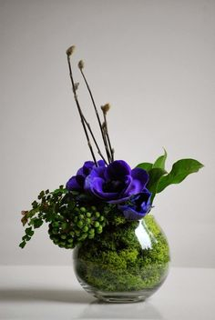 Arrangements Ikebana, Small Flower Arrangements, Ikebana Flower Arrangement, Flower Centerpieces, Flower Vases, Flower Decorations, Arte Floral, Deco Floral, Fresh Flowers