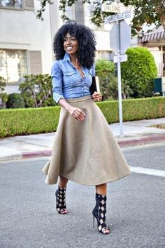 Blaues Jeanshemd, Grauer gesteppter Ausgestellter Rock, Schwarze Römersandalen aus Leder für Damen