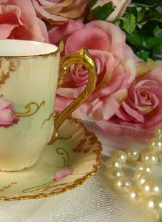 R o s e s, Tea and Pearls are three of my favorite things! I wouldn't want to have tea time without any of them! Teacup Flowers, Happy Unbirthday, Tea Etiquette, Pink Teapot, Tea Art, China Tea Cups, How To Make Tea, Romance, Sweet Tea