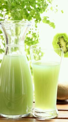 This fantastic beverage is so easy to make and it is also very healthy too, boasting the vitamins and minerals found in apples and kiwi fruit. JUICE YOUR OWN APPLES! Kiwi Juice, Juice Smoothie, Smoothie Drinks, Smoothie Recipes, Smoothies, Kiwi Recipes, Apple Juice, Paleo Recipes, Non Alcoholic Drinks