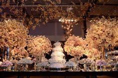 Mesa de doces? Ou mesa de flores? Hoje não sabemos mais como definir este item que é tão especial e tão cobiçado nas festas de casamentos.