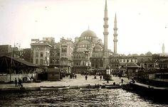 Yeni Cami'nin önünde gördüğümüz binalar Prost- Kırdar döneminde yıkılacak, yani 1930'ların sonunda. Üst sınır 1930'ların sonu. Seçebildiğim kadarıyla Cami önünde iki otobüs gözüküyor. Sefere çıkış başlangıcı: 1927. 1927-1939 arası bir tarihten söz ediyoruz. Fakat o sıralarda şehrin en kalabalık yeri Eminönü- Galata Köprüsü-Karaköy. Bu boşluk pek alışılmış bir şey değil.