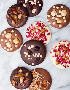 Food cravings before periods and during are common with various causes, including changes in blood sugar and hormones or reduced levels of certain nutrients. Homemade Chocolate Bars, Chocolate Bark, Chocolate Desserts, Chocolate Blanco, Candy Recipes, Dessert Recipes, Handmade Chocolates, Chocolate Packaging, Food Gifts