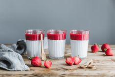 Eine lecker, leichte vegane Mandel-Pannacotta mit Mandelmilch, Mandelmus und dazu eine fruchtig und süße Erdbeersauce. Schmeckt zum Frühstück genauso lecker wie als Dessert ❤️🍓