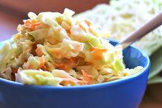 """""""Coleslaw Salad"""" ist eine beliebte amerikanische Salatvariation, die sich auch wunderbar als Low Carb Beilage, wie z.B. zum Grillen, eignet. Schnell zubereitet & lecker."""